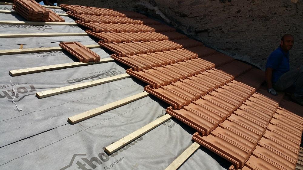 Tegole per tetti general cover posa di tegole per tetti le for Tipi di abitazione