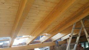 Tetto in legno con travi a vista